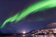 O céu ártico polar do aurora borealis da aurora boreal protagoniza em Noruega Svalbard em montanhas do curso da cidade de Longyea foto de stock royalty free
