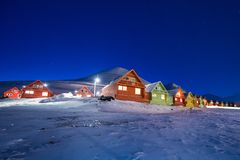 O céu ártico polar dos borealis do snowscooter da Aurora da aurora boreal protagoniza em Noruega Svalbard em Longyearbyen as mont fotografia de stock
