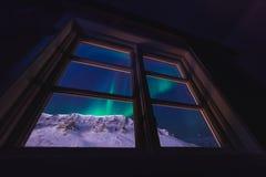 O céu ártico polar dos borealis do snowscooter da Aurora da aurora boreal protagoniza em Noruega Svalbard em Longyearbyen as mont imagem de stock royalty free