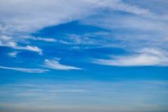 O céu é azul, as nuvens está flutuando em uma vista bonita fotos de stock