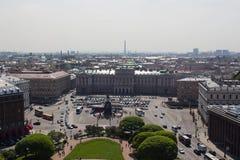 O céu é azul em St Petersburg fotografia de stock