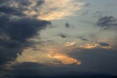 O céu é nublado com as nuvens no por do sol Fotografia de Stock