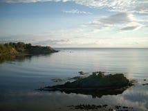 O céu é refletido no mar Imagens de Stock