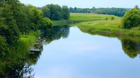 O céu é refletido no rio Fotografia de Stock