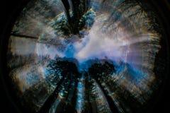 O céu abstrato roxo, azul, preto, alaranjado, árvores, roda Imagens de Stock Royalty Free