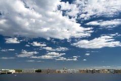 O céu acima da cidade Fotografia de Stock Royalty Free