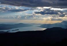 O céu, as nuvens, o sol e as montanhas no final da tarde foto de stock royalty free