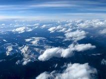 O céu azul Azure, nuvens sobre a montanha ajardina, Imagens de Stock
