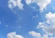 O céu azul bonito nubla-se o fundo do espaço Foto de Stock Royalty Free