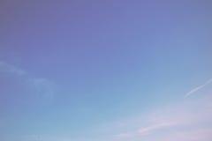 O céu azul claro com branco claro nubla-se o filtro retro do vintage imagem de stock royalty free