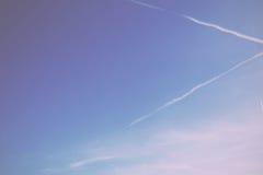 O céu azul claro com branco claro nubla-se o filtro retro do vintage imagem de stock