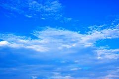 O céu azul com branco nubla-se 171019 0242 Imagens de Stock