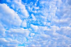 O céu azul com branco nubla-se 171216 0009 Imagens de Stock