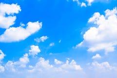 O céu azul com branco nubla-se 180422 0274 Imagem de Stock Royalty Free