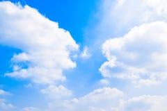 O céu azul com branco nubla-se o fundo 180410 0145 Foto de Stock Royalty Free