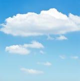 O céu azul com branco nubla-se o fundo imagem de stock