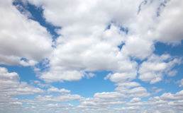 O céu azul com nuvens Fotografia de Stock Royalty Free