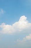 O céu azul com nuvens brancas imagem de stock
