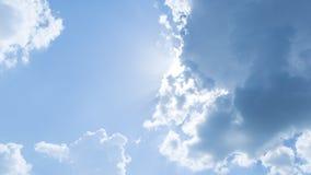 O céu azul com nuvens brancas obstruiu o sol imagem de stock