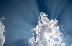 O céu azul com nuvens e o sol brancos irradia Fotos de Stock Royalty Free