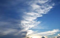 O céu azul com nuvens fecha-se acima Fotografia de Stock Royalty Free