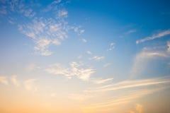 O céu azul e as nuvens brancas Fotos de Stock