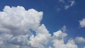 O céu azul e as nuvens brancas enormes Fotos de Stock