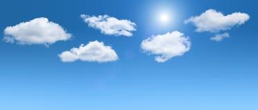 O céu azul e as nuvens com sol Imagem de Stock Royalty Free