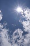 O céu azul e o sol Imagens de Stock Royalty Free