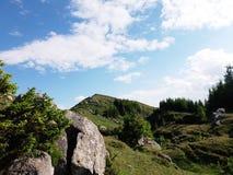 O céu azul e um monte pequeno da montanha Fotografia de Stock