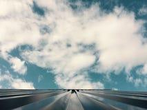 O céu azul gosta de um oceano Fotos de Stock Royalty Free