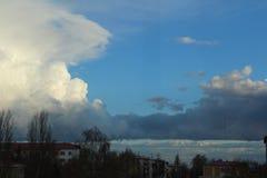 O céu azul, a natureza, o céu após uma chuva fotografia de stock