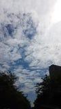 O céu azul nebuloso na noite está sobre as ruas da cidade Fotos de Stock