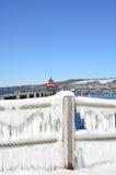 O céu azul, neve, cortinas do gelo fora da corda cerca o Seneca de negligência L Imagem de Stock