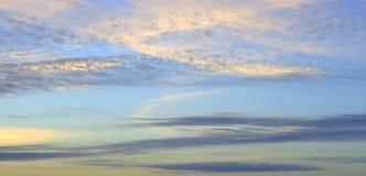 O céu azul no alvorecer, os raios do ` s do sol quebra através das nuvens, pintando as alaranjadas A imagem foi recolhida a manhã fotografia de stock