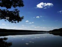 O céu azul no lago foto de stock