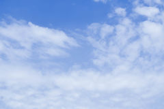 O céu azul nubla-se o fundo Fotos de Stock