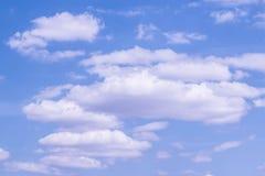 O céu azul nubla-se o fundo Foto de Stock Royalty Free