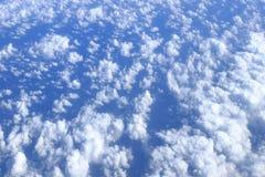 O céu azul nubla-se a vista fotos de stock royalty free