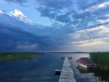 O céu azul, nuvem, lago imagem de stock