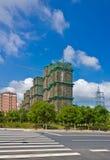 O céu azul sob o canteiro de obras Fotografia de Stock Royalty Free