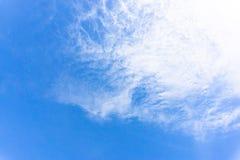 O céu azul vasto e as nuvens brancas no verão fotografia de stock royalty free
