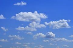 O céu azul vasto e céu das nuvens imagens de stock