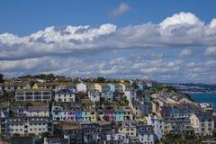 O céu brilhante colorido coloriu casas Brixham Torbay Devon Endland Fotos de Stock