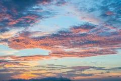 O céu colorido crepuscular quando o nascer do sol imagem de stock royalty free