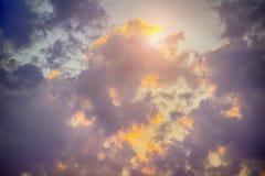 O céu com as nuvens escuras majestosas, os raios claros e o sol alargam-se Fotos de Stock Royalty Free