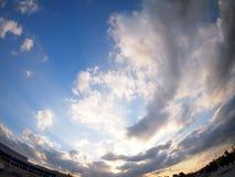 O céu com as nuvens sobre a cidade antes do por do sol fotos de stock