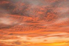 O céu crepuscular bonito durante o nascer do sol fotos de stock royalty free