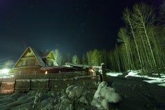 O céu da estrela sobre a vila do inverno! Imagem de Stock