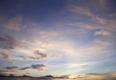 O céu da manhã com nuvens e o sol irradiam o fundo Foto de Stock Royalty Free